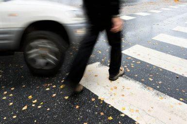 Ein Fußgänger muss immer eindeutig zu erkennen geben, dass er einen Zebrastreifen überqueren möchte.
