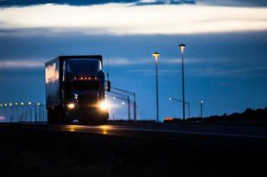 Auf vielen deutschen Straßen herrscht ein Nachtfah rverbot für schwere Lkw.