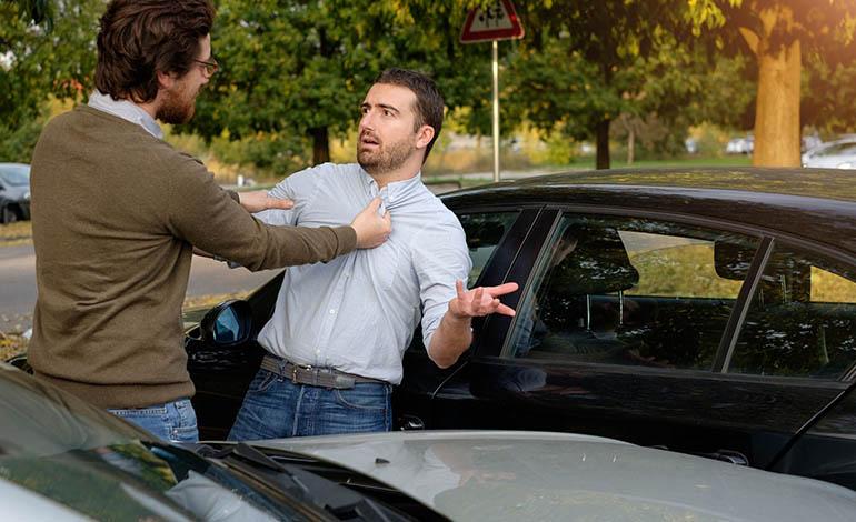 Physische oder psychische Gewalt im Straßenverkehr ist eine Straftat.