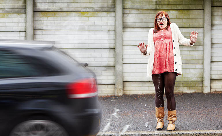 Autofahrer haften nicht für die durch Spritzwasser verunreinigte Kleidung vorbeilaufender Fußgänger.