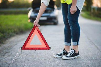 Nach einem Unfall muss zunächst die Unfallstelle abgesichert werden, damit der nachfolgende Verkehr gewarnt ist.