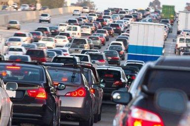 In der Ferienzeit staut es sich wieder auf Deutschlands Autobahnen. Wer als Autofahrer keine Bußgelder kassieren möchte, muss einiges beachten.
