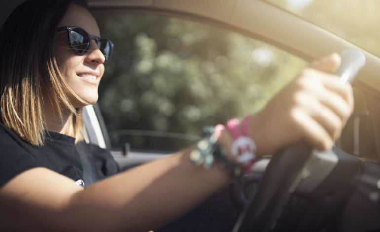 Sonnenbrille beim Autofahren