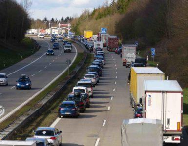 Autobahn von oben, Stau auf der rechten Seite mit zwei Spuren, Fahrzeuge bilden Rettungsgasse