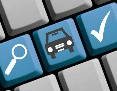 Graue Tastatur mit drei blauen Tasten. Links ist eine Lupe, in der Mitte ein PKW, rechts ein Haken abgebildet.