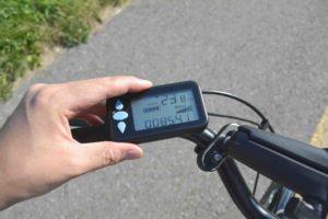 Lenker eines E-Bikes oder Pedelecs. Eine Hand ist im Bild, die das Bord-Display bedient.