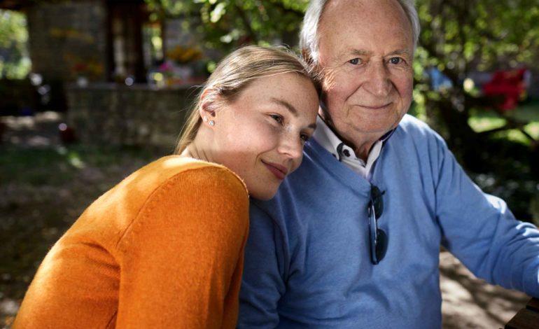 Mädchen lehnt an Großvaters Schulter. Vorsorgevollmacht und Patientenverfügung