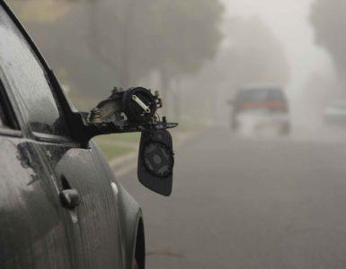 Auto begeht Fahrerflucht, im Vordergrund sieht man den kaputten Spiegel