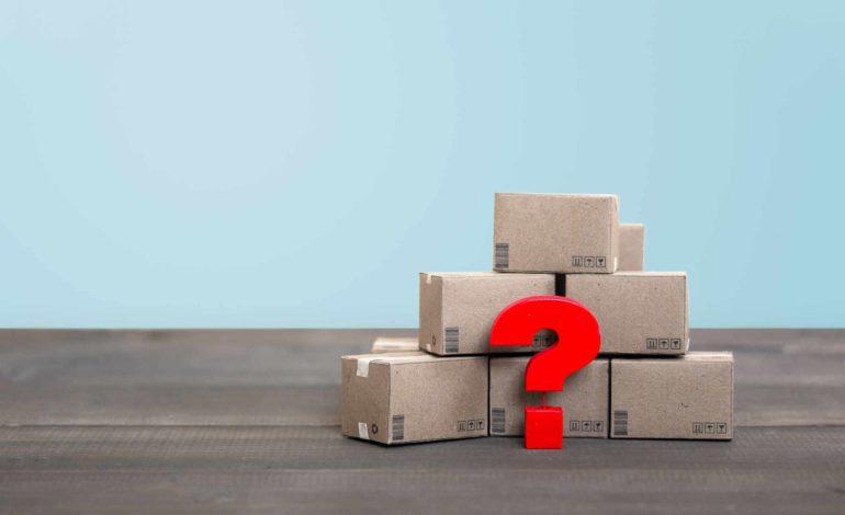 Ein rotes Fragezeichen steht vor einem Stapel aus Paketen, die dem Käufer nicht zugestellt wurden und unauffindbar sind.